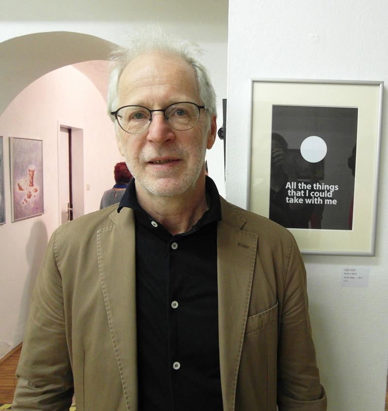 Ernest A. Kienzl vor seiner Arbeit