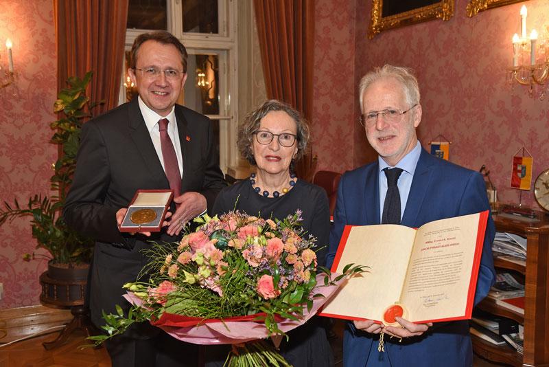 Bürgermeister Matthias Stadler mit Prandtauerpreisträger Ernest A. Kienzl und seiner Gattin Renate